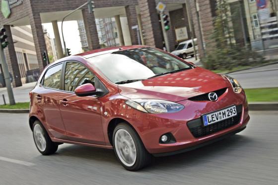 Agile Kurvenfahrt, direkte Lenkung, serienmäßiges ESP – im Mazda 2 macht Kleinwagen fahren Spaß.