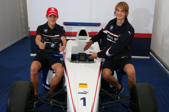 Bitte hier einsteigen! Jens Klingmann (rechts) und Marco Wittmann weisen unseren Hauptgewinner ein.