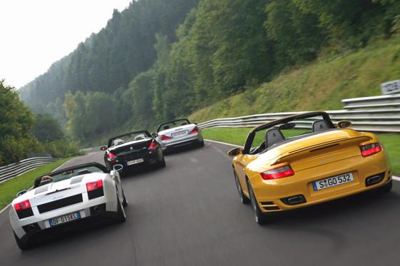 Da gibt's was auf die Ohren: vier offene Supersportler im Formationsflug in der Eifel.