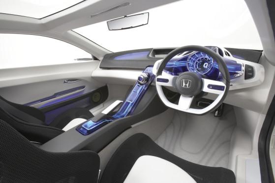 Gespannt darf man auch sein, wie Honda das Captain Future-Cockpit mit violett illuminierten Glasinstrumenten in der Praxis ersetzt. Ähnliches gilt für die sportlichen Sitzschalen, die aus Gewichtsgründen nur mit einem Maschengeflecht bezogen wurden.