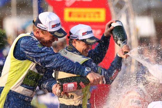 Mikko Hirvonen (rechts) und Co-Pilot Jarmo Lehtinen feiern in Japann ihren zweiten Sieg in der WRC-Saison 2007.