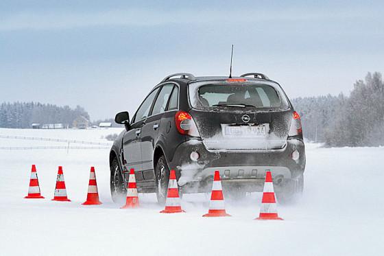 Beim Bremsen auf Schnee liegt der Continental CrossContact Winter vorn.