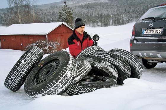 Der Ganzjahresreifen Pirelli Scorpion STR stellt sich hier acht Winter-Kollegen.