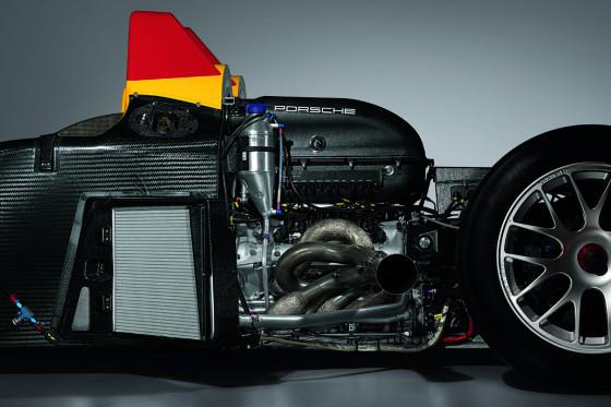 Der V8-Motor des Spyder erzeugt aus 3397 ccm Hubraum 478 PS und lässt den gelben Renner mit bis zu 290 Sachen über den Asphalt fliegen.