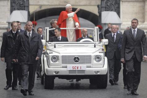 Neues Papamobil für Benedikt