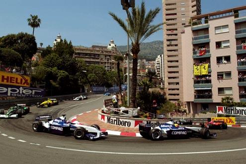 Kurvenreich: Mit einer Durchschnittsgeschwindigkeit von 146 km/h ist der Große Preis von Monaco die schnellste und gefährlichste Stadtrundfahrt der Welt. Hier jagt Ralf Schumacher Teamkollege Juan Pablo Montoya, beide BMW-Williams.