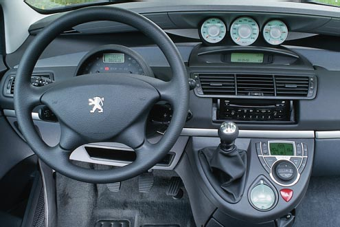 Da dauert die Suche nach dem Handy etwas länger: Peugeot zählt im 807 je nach Ausstattung bis zu 58 Ablagen.