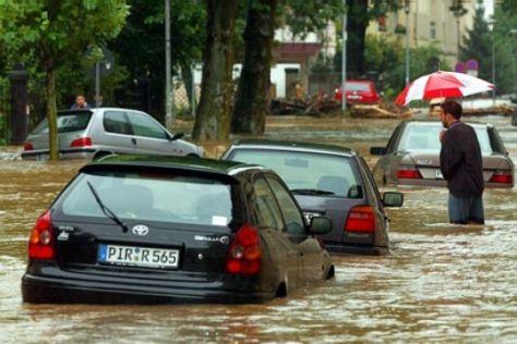 Autos nach der Hochwasserkatastrophe