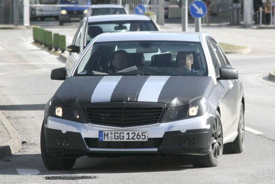 Das Gesicht der Mercedes E-Klasse wird ab Anfang 2009 von eckigen Augen dominiert; bei der aktuellen Generation sind sie noch rund.