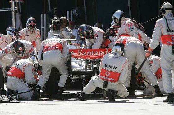 Erster Erfolg für McLaren-Mercedes. In der Boxengasse ist das Team von der 22. in die 5. Garage vorgefahren.