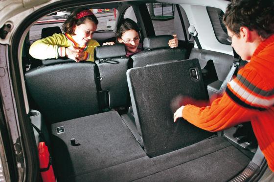 Die Sitze sechs und sieben lassen sich im Mazda auch bei ganz zurückgeschobener zweiter Reihe ausklappen.