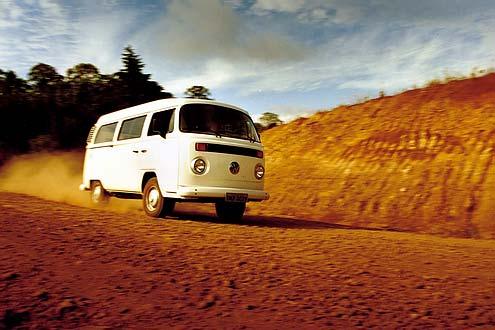 Abseits der großen Durchzugsstraßen lernt man schon bald die gute Traktion, die überdurchschnittliche Bodenfreiheit und die anspruchslose Technik des VW T2 schätzen.