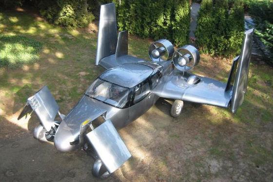 Milner Motors und zeigt ein – na? – fliegendes Auto. Das AirCar mit Doppelpropeller am Heck soll 500.000 Dollar kosten.