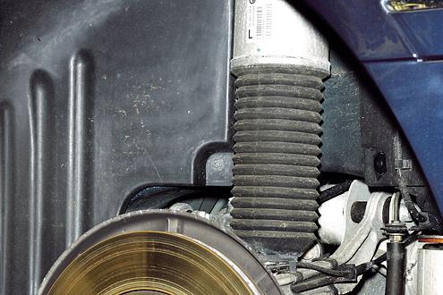 BMW 760iL: Wer das Rad abnimmt, erkennt sofort an der fehlenden Schraubenfeder, dass an der Hinterachse mit Luft gedämpft wird.