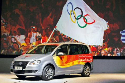 Ein Volkswagen Touran wirbt für die Olympiade in Peking