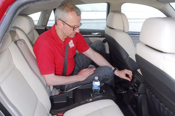 Platz für einen 1,93-Meter-Mann: AUTO-BILD-Redakteur Dirk Branke ist nicht nur vom Cockpit des X6 begeistert.