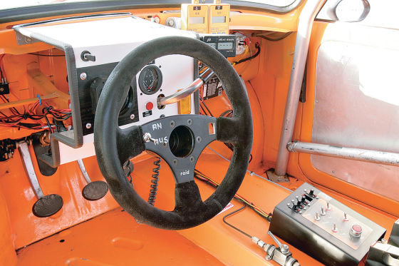 Der Innenraum ist auch im Race-Trabbi spartanisch vermittelt aber deutlich Motorsport-Feeling.