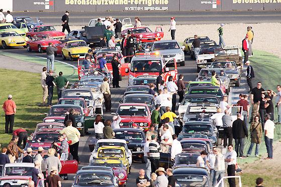 1001 Fahrzeuge sollten für den Eintrag ins Guinness Book of World Records die badische Rennstrecke bevölkern.