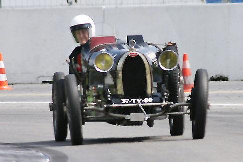 Baujahr 1927 das älteste Rennfahrzeug im Feld: ein 1,5-Liter-Bugatti.