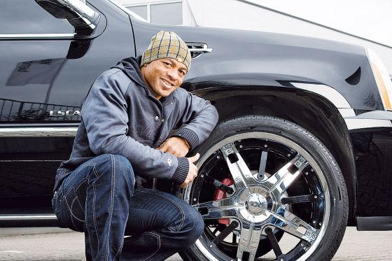 Joel Epalle mit seinem Cadillac Escalade