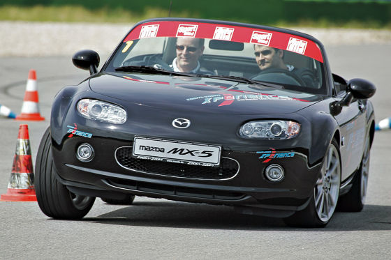 High Performance-Slalom hinterm Steuer des Roadsters MX-5.
