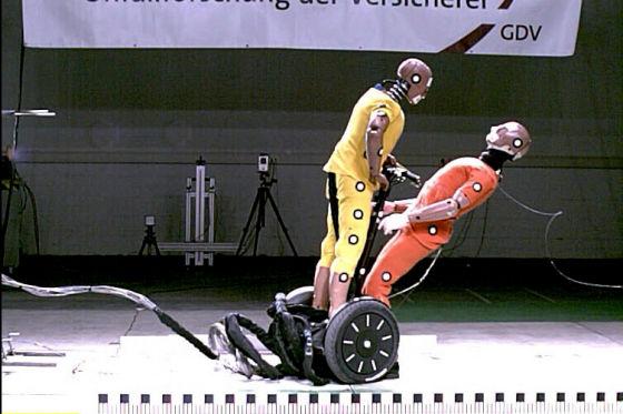 Segway als Waffe: Crashversuch mit Elektro-Roller.