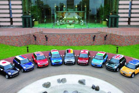 BMW demonstriert mit bunten Minis vor dem G8-Gipfelhotel