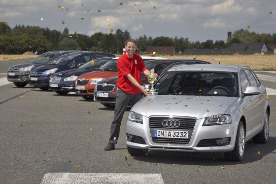 Deutschland ist Europameister: Der Audi A3 staubt den Pokal ab. Glückwunsch nach ingolstadt!