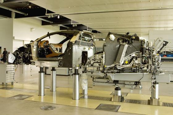 In der Bugatti-Fabrik gibt es drei Montageplätze, an denen je acht Techniker ein Auto aufbauen.