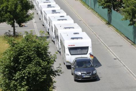 16 Caravans Marke Dethleffs zog der Toyota 100 Meter weit