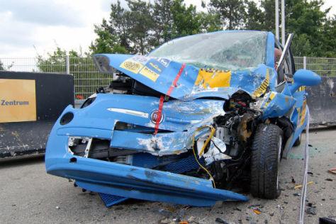 Fiat 500 nach Crashtest mit Audi Q7
