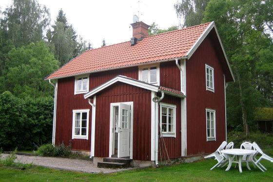 Ein typisches Schweden-Ferienhäuschen. Ab rund 600 Euro ist eine Woche Einsamkeit und Gemütlichkeit garantiert.