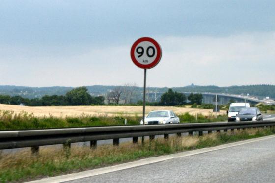 Meist ist gemütliches Tuckern mit 90 km/h angesagt. So viel ist auf schwedischen Landstraßen erlaubt.