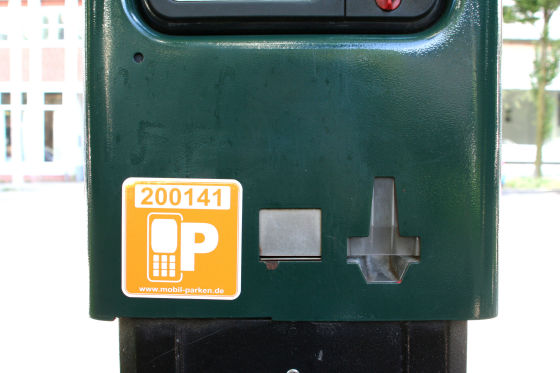 Parkautomat mit Aufkleber