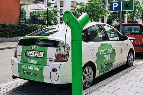 Toyota Prius beim Stromtanken