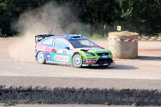 Für Hirvonen (Ford Focus WRC) ist auf Asphalt kein Blumenmtopf gegen den Weltmeister zu holen.