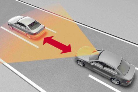 Assistenzsysteme wie der Abstandswarner verhindern nachweislich schwere Unfälle.