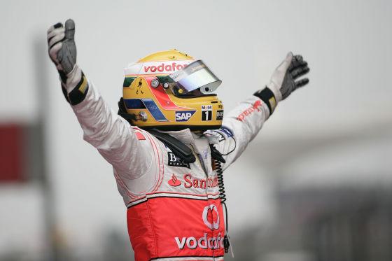 Die Arme in den Himmel gereckt, ließ sich Lewis Hamilton im Reich der Mitte als Sieger feiern.