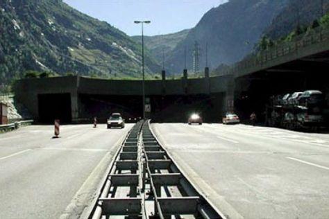 Der St. Gotthard-Tunnel darf nur mit Schweizer Vignette befahren werden.