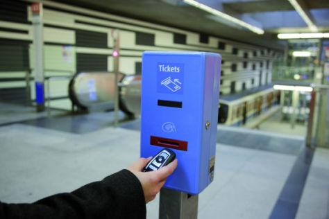 Bald kann der BMW-Autoschlüssel auch zum Kauf von Bahntickets benutzt werden.