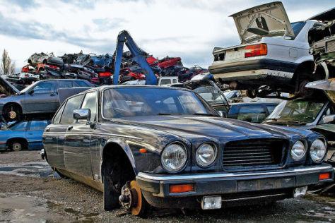 Autoschrottplatz mit Jaguar XJ