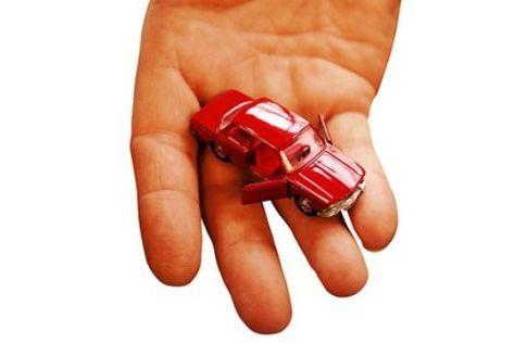 Hand mit Modellauto