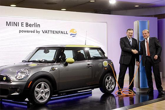 Angestöpselt ist: BMW sorgt fürs Auto, von Vattenfall kommt der Strom. Getankt wird reine Öko-Elektrizität.