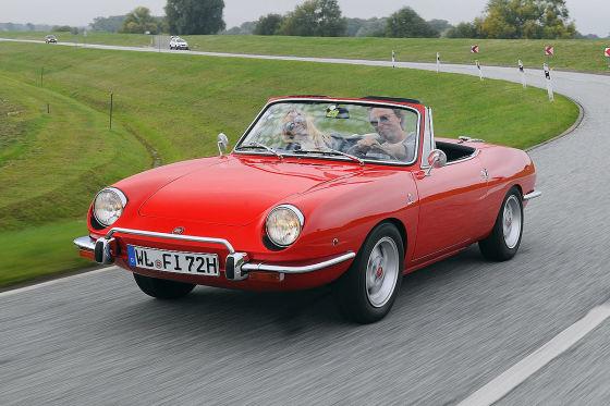 Wie mit dem Lineal gestaltet: Glattflächige Flanken, scharfe Kanten und eine eckige Karosserie prägen das große Fiat 130 Coupé.