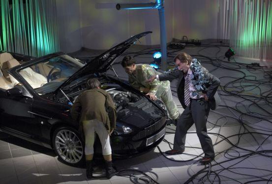 Gut gebrüllt, Martin: Der Aston röhrt, der Sänger hält gegenan.