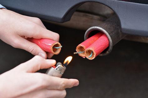 Böller und Raketen zu Silvester können das Auto beschädigen.