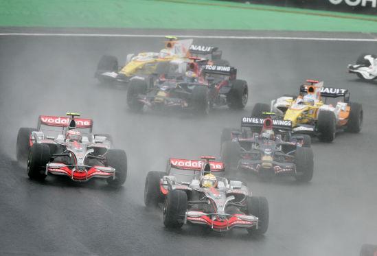 Schon am Start unter Druck: Kovalainen und Vettel rücken Hamilton auf die Pelle.