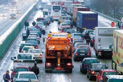 Die Zeit ist reif: Schnee und Eis können die Autobahn jederzeit in eine Rodelbahn verwandeln.