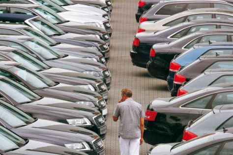Kunde beim Autohandel