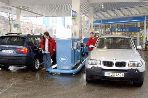 BMW X3 an der Tankstelle